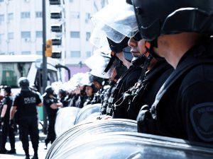 Polizist nimmt Schutzschilder mit